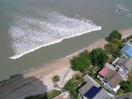 موجات مد بحري على سواحل ماليزيا - ارشيفية