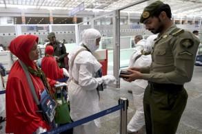 حجاج يصلون إلى مطار جدة