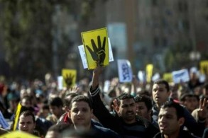 مناصرون لجماعة الاخوان المسلمين في تظاهرة في الذكرى الأولى لفض اعتصام ميدان رابعة العدوية