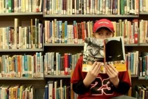 المراهقون يتجاهلون المطالعة ويستنزفون أوقاتهم في مواقع التواصل