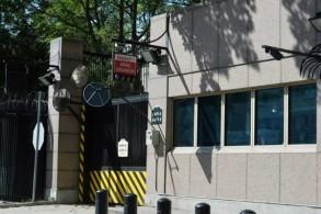 أثر رصاصة على نافذة في غرفة الأمن في السفارة الأميركية في أنقرة اليوم الاثنين 20 أغسطس 2018