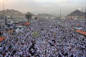 حجاج مسلمون يتجمعون قبيل الفجر للتوجه لرمي جمرة العقبة الكبرى في منى