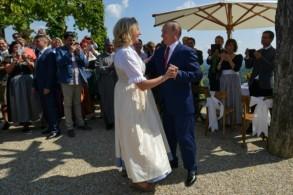 بوتين يراقص كنيسل خلال حفل زفافها