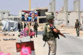 جنود سوريون وروس عند معبر أبوالضهور عند الطريق الشرقي لمحافظة إدلب بتاريخ 20 أغسطس 2018