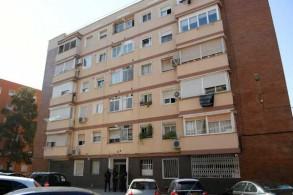 رجال شرطة أمام مبنى يضم شقة جزائري هاجم مركز للشرطة بسكين قبل أن يقتل في منطقة كاتالونيا في 20 أغسطس 2018