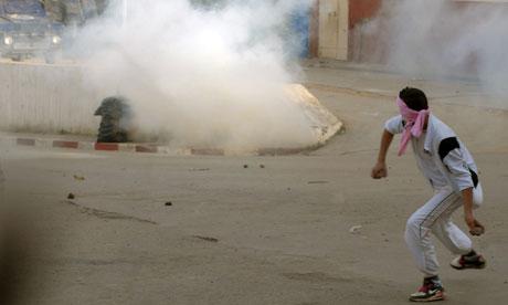 منذ بداية العام الجديد، شهدت مختلف المدن الجزائرية احتجاجات أدت إلى صدامات عنيفة بين المواطنين وقوات الأمن بسبب ارتفاع أسعار المواد الغذائية الأساسية (أرشيف)