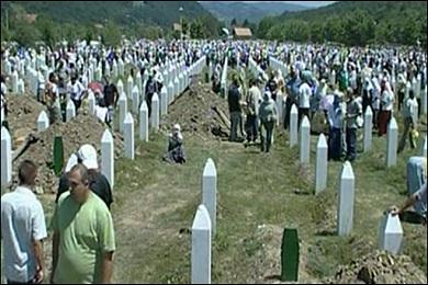 آلاف يحيون الذكرى التاسعة عشرة لمجزرة سريبرينيتسا في البوسنة
