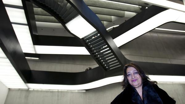 زها حديد داخل مركز الفنون الحديثة بروما