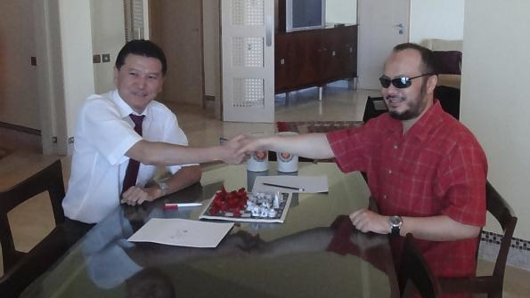 نجل العقيد الليبي يمارس لعبة الشطرنج مع رئيس الاتحاد الدولي