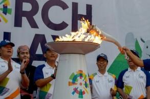 شعلة الألعاب الآسيوية لدى إضاءتها في العاصمة الأندونيسية جاكرتا