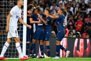 لاعبو باريس سان جرمان يحتفلون بالتسجيل