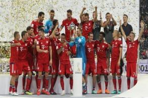 لاعبو بايرن ميونيخ الألماني يحتفلون بلقب الكأس السوبر الألمانية