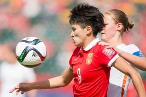 الصينية وانغ شانشان (يسار) سجلت 9 أهداف في مرمى طاجيكستان