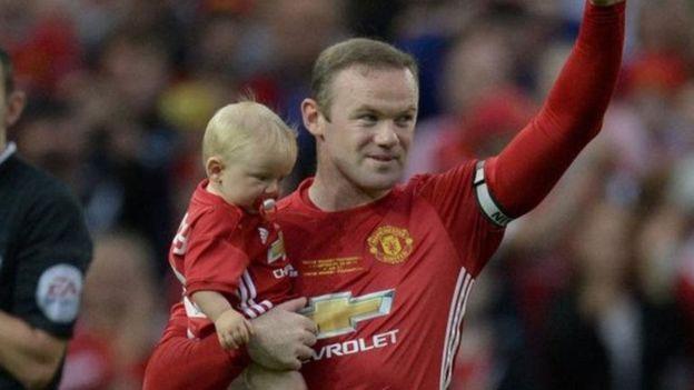 روني يحمل طفل
