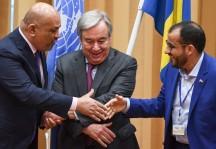 أمين عام الأمم المتحدة يرعى مصافحة بين رئيسي الوفدين المتخاصمين في السويد