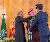الرئيس الباكستاني يقلد ولي العهد السعودي أرفع وسام