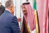 خادم الحرمين مصافحاً الرئيس فؤاد السنيورة (واس)