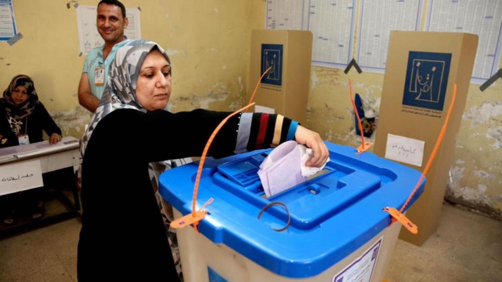 عراقية تدلي بصوتها خلال انتخابات سابقة