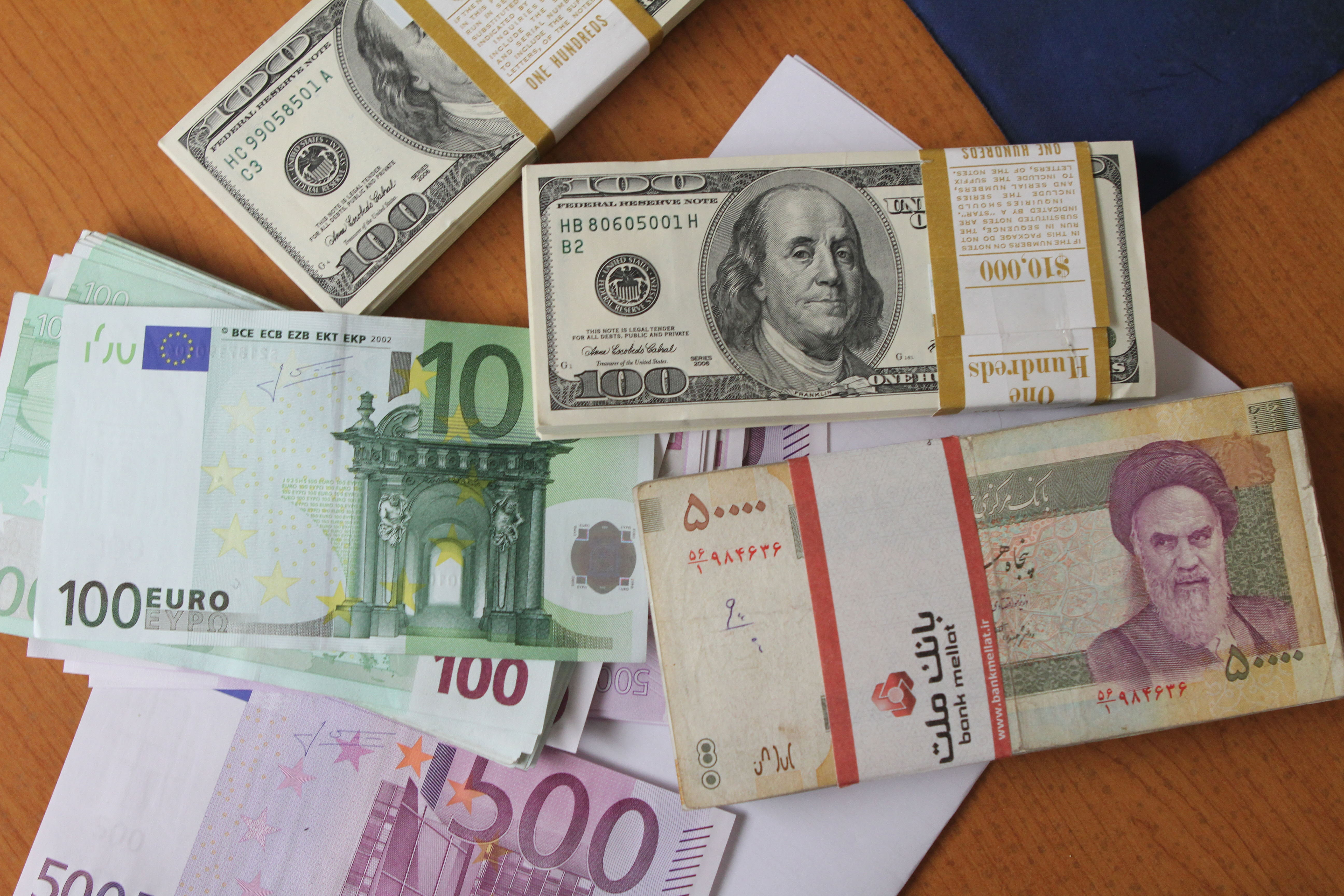 تراجعت العملة الايرانية خلال الاونة الاخيرة