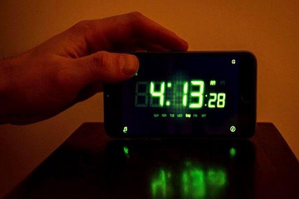 لماذا يعاني البعض من اضطرابات النوم في أماكن غير مألوفة