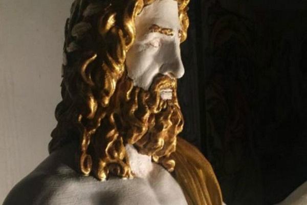 تمثال زيوس كان من عجائب العالم القديم وبلغ طوله 13 مترا وكان مصنوعا من الخشب والعاج والذهب