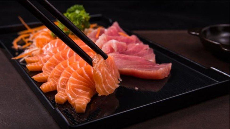 تحذير من خطورة تناول الأسماك النيئة والسوشي لاحتوائها على ديدان طفيلية
