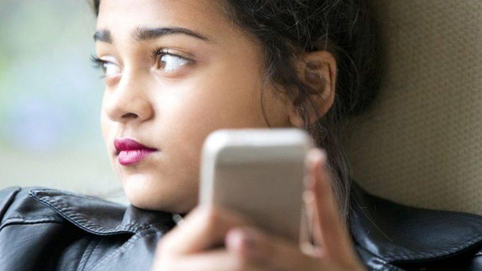 غالبية الشباب البريطاني رأى بوجود تأثير سلبي لموقع انستغرام وسناب تشات على صحتهم العقلية وسعادتهم