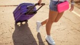 جر حقيبة السفر ذات العجلتين بسرعة