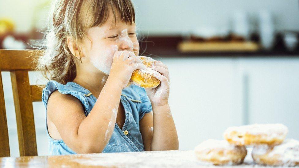 يستهلك الأطفال الذين تتراوح أعمارهم بين أربع وعشر سنوات 51.2 في المئة من السكر الذي يتناولونه من الوجبات الخفيفة غير الصحية