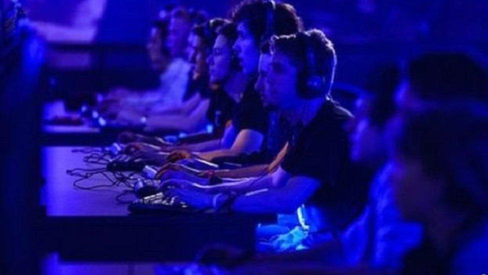 أدلة غير موثقة تشير إلى أن الاضطراب يؤثر بدرجة غير متناسبة في الأشخاص الأصغر سنا المرتبطين أكثر بعالم ألعاب الفيديو
