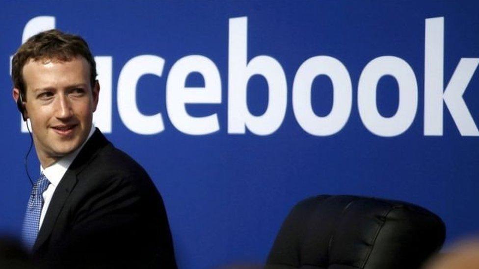 زوكربيرغ يقول إنه لم يتنحَ عن إدارة عملاق مواقع التواصل الاجتماعي