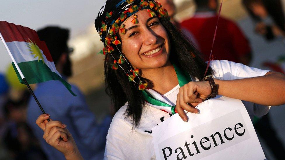 أكراد عراقيون نظموا مسيرة في مطار اربيل