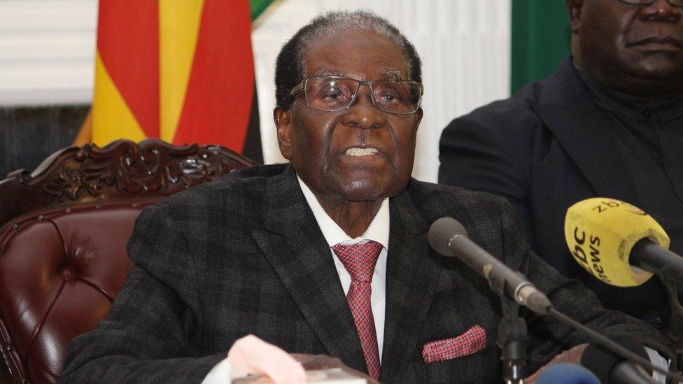 يتعرض موغابي لضغوط من الشعب والحزب الحاكم تطالبه بالاستقالة