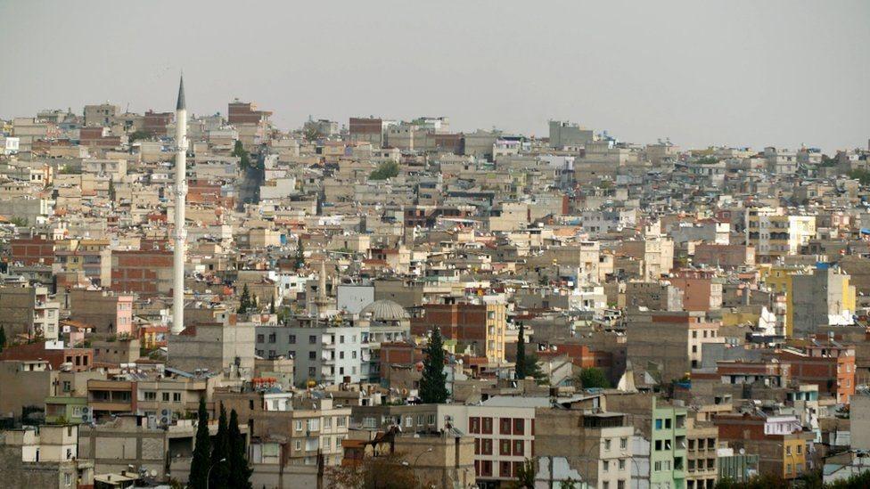 يدار مشروع الشرطة السورية الحرة من غازي عنتاب في تركيا، عبر الحدود من سوريا