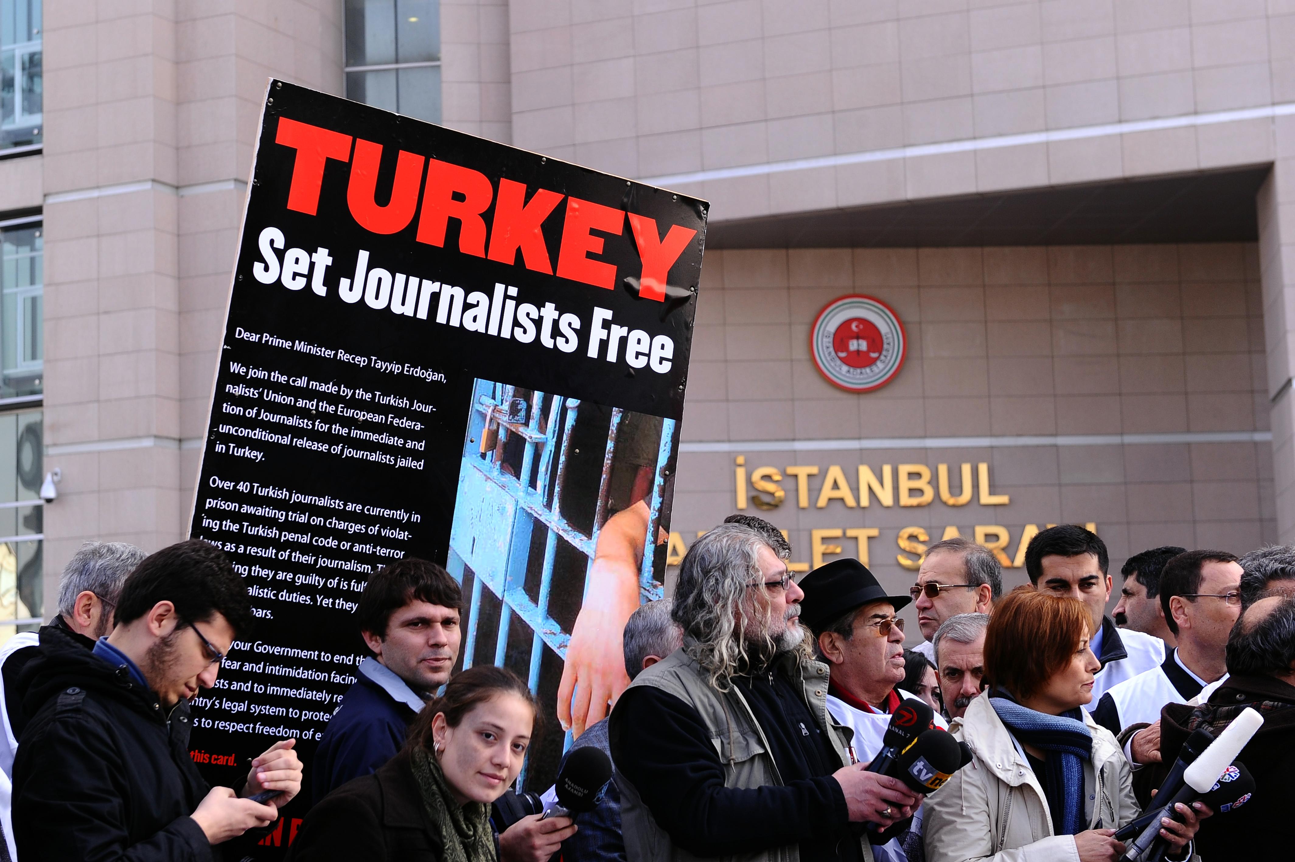عشرات الصحفيين الاتراك يقبعون في السجون