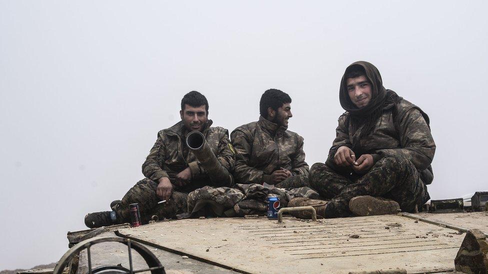 يعد المقاتلون الأكراد من وحدات حماية الشعب الكردي العماد الأساسي لقوات سوريا الديمقراطية