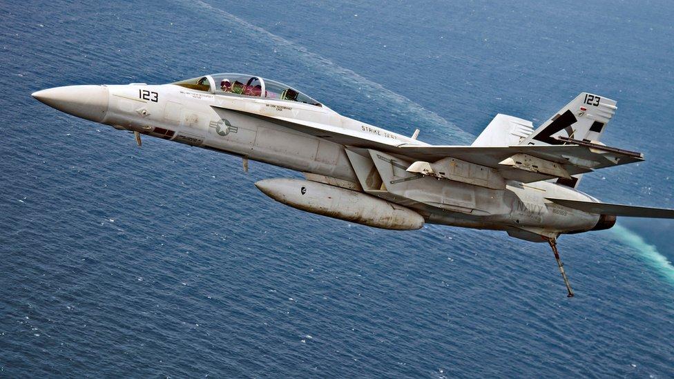 (أرشيف) اقترت طائرة إيرانية بدون طيار من مقاتلة أمريكية من طراز أف/أيه - 18 إي سوبر هورنت