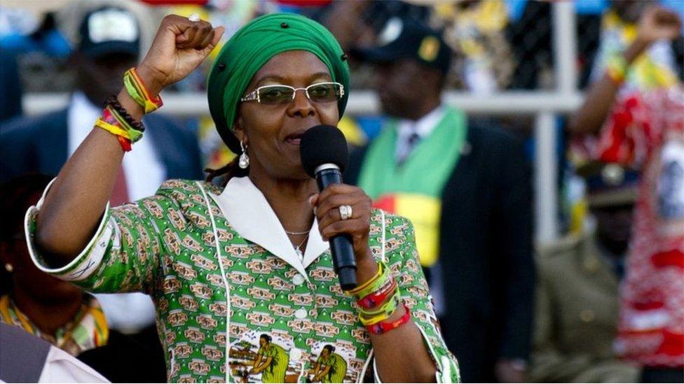 أصدرت الشرطة في جنوب أفريقيا غرايس موغابي زوجة رئيس زيمبابوي روبرت موغابي مذكرة حمراء في حقها في المنافذ الحدودية