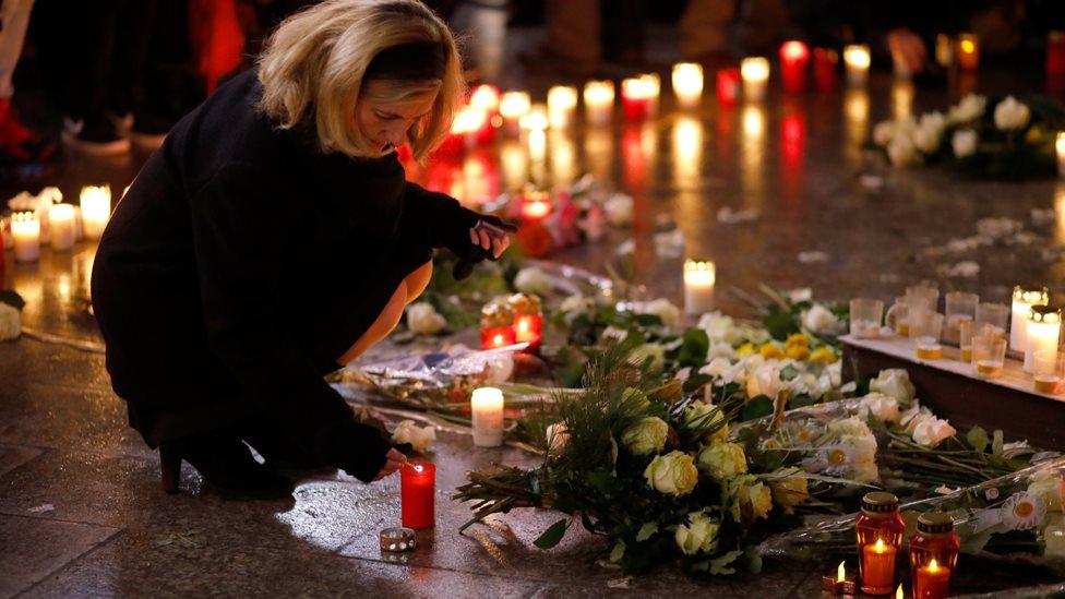 ألمانية توقد شمعة تذكارية بمناسبة مرور عام على الهجوم الذي استهدف بشاحنة سوقا لعيد الميلاد في العاصمة برلين