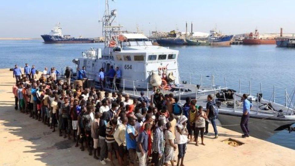 حرس السواحل الليبي أنقذ 300 شخص من ثلاثة زوارق كانت في طريقها إلى ايطاليا