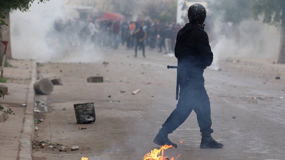 رئيس الوزراء التونسي دعا المحتجين إلى تهدئة الأوضاع