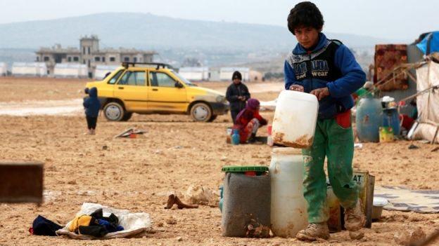 يعيش النازحون السوريون بفعل المعارك في ظروف غاية في الصعوبة