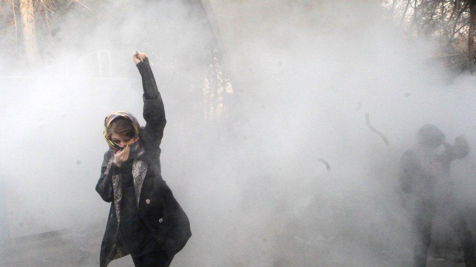 بث نشطاء على وسائل التواصل الاجتماعي مقاطع فيديو لمتظاهرين يطوفون الشوارع ويرددون الشعارات المنادية بسقوط النظام.