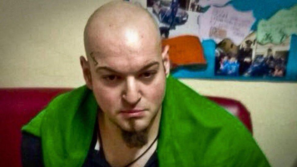 تفيد تقارير بأن المشتبه به أدى تحية فاشية لدى القبض عليه