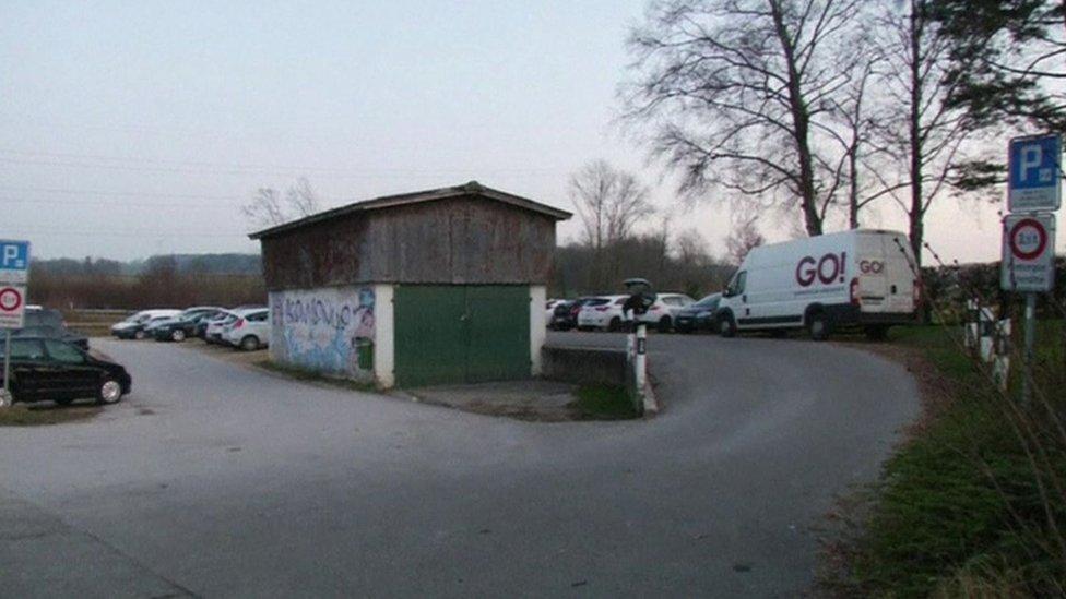 موقف السيارات حيث تمت عملية السطو على سيارة نقل الأموال في سويسرا