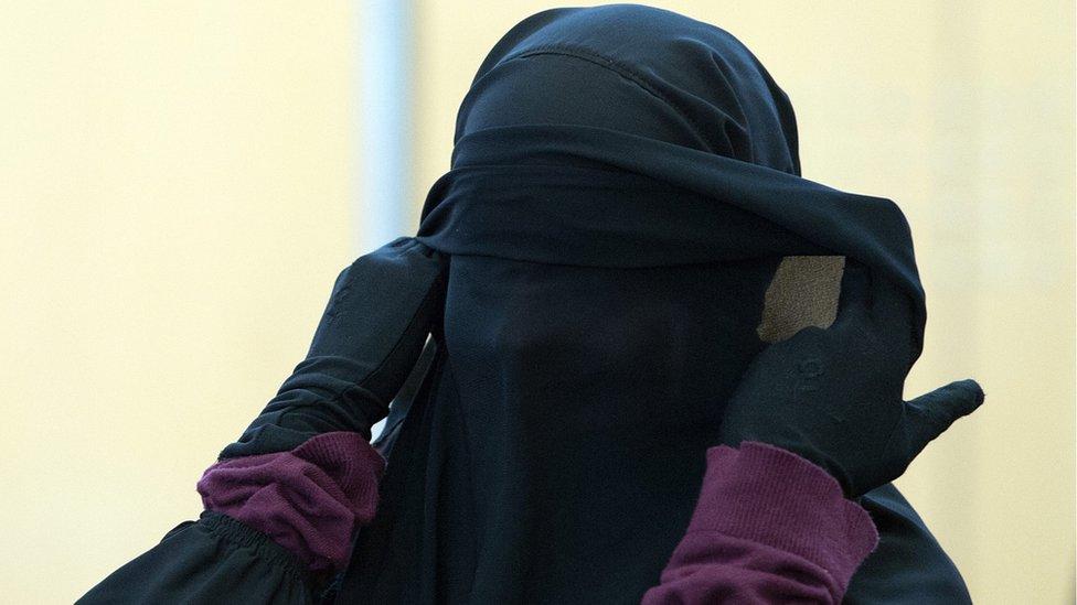 صورة أرشيفية لإمرأة ألمانية أثناء محاكمتها بتهمة التواطؤ مع تنظيم الدولة عام 2015