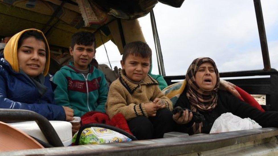 آلاف المدنيين يفرون من الغوطة الشرقية وعفرين
