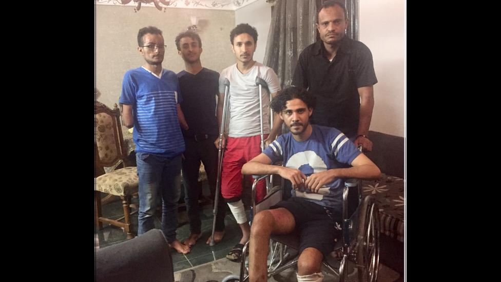 يعيش مصطفى مع مقدم الرعاية علي ويعقوب وبشار وعماد في القاهرة، حيث يتلقون العلاج الطبي