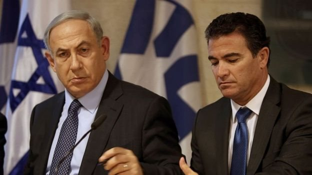 الرئيس الحالي للموساد يوسي كوهين، وهو الرئيس الثاني عشر منذ تأسيس الجهاز، بجانب رئيس الوزراء الاسرائيلي بنيامين نتنياهو