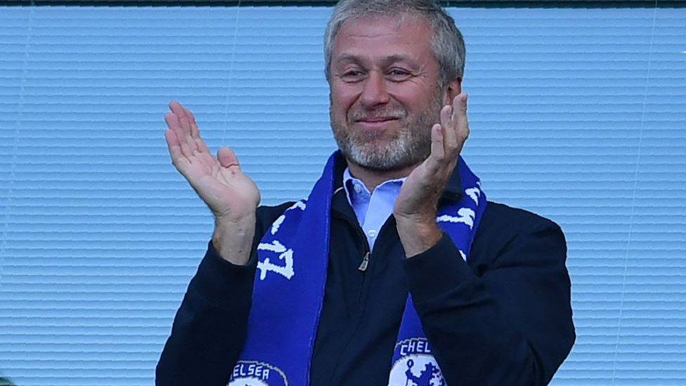 أبراموفيتش يصفق تشجيعا لفريق تشيلسي